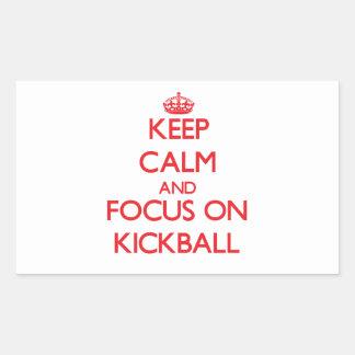 Guarde la calma y el foco en Kickball Rectangular Pegatinas