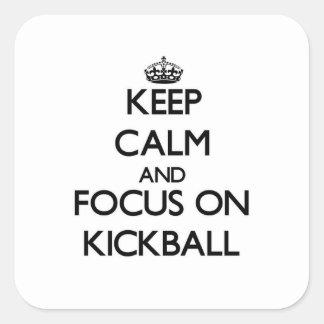 Guarde la calma y el foco en Kickball Calcomanías Cuadradases