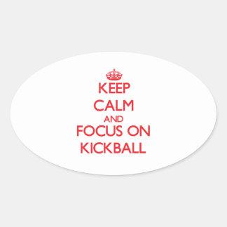 Guarde la calma y el foco en Kickball Calcomanías Ovales