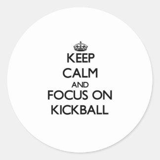 Guarde la calma y el foco en Kickball Pegatina Redonda