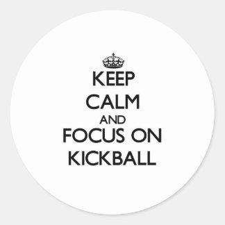 Guarde la calma y el foco en Kickball Etiquetas Redondas
