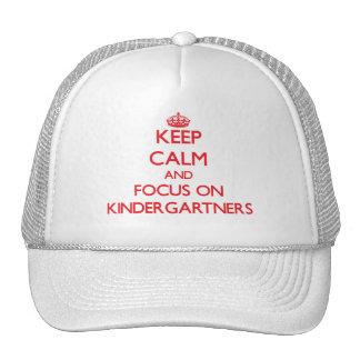 Guarde la calma y el foco en Kindergartners Gorro