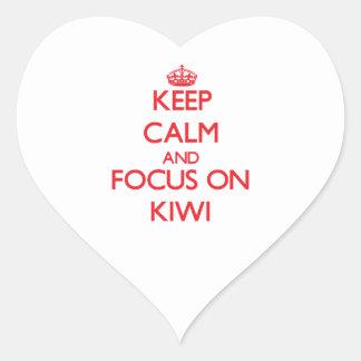 Guarde la calma y el foco en kiwi pegatina en forma de corazón
