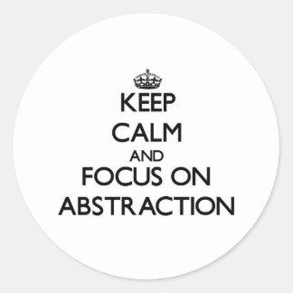 Guarde la calma y el foco en la abstracción pegatinas redondas