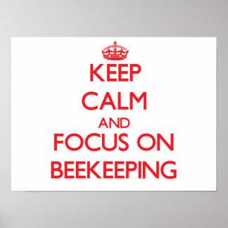 Guarde la calma y el foco en la apicultura poster