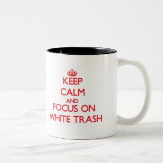 Guarde la calma y el foco en la basura blanca taza dos tonos
