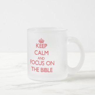 Guarde la calma y el foco en la biblia taza