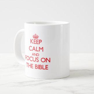 Guarde la calma y el foco en la biblia taza extra grande