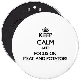 Guarde la calma y el foco en la carne y las patata pins