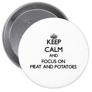 Guarde la calma y el foco en la carne y las patata pin