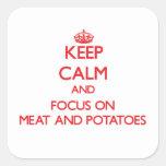 Guarde la calma y el foco en la carne y las calcomanía cuadradas personalizadas