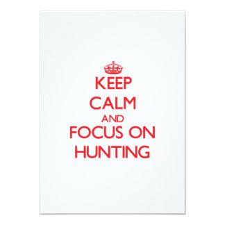 """Guarde la calma y el foco en la caza invitación 5"""" x 7"""""""