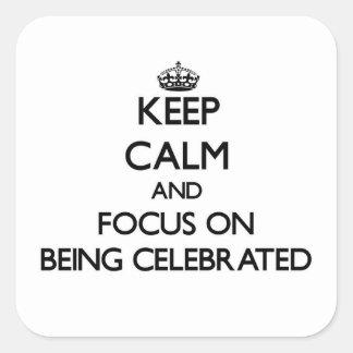 Guarde la calma y el foco en la celebración pegatina cuadrada