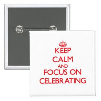 Guarde la calma y el foco en la celebración pin