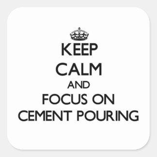Guarde la calma y el foco en la colada del cemento pegatina cuadrada