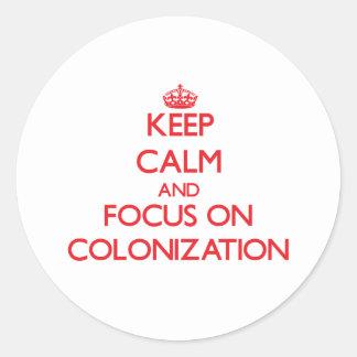Guarde la calma y el foco en la colonización pegatina redonda
