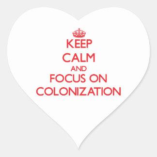 Guarde la calma y el foco en la colonización pegatina en forma de corazón
