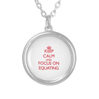 Guarde la calma y el foco en la COMPARACIÓN Colgantes Personalizados