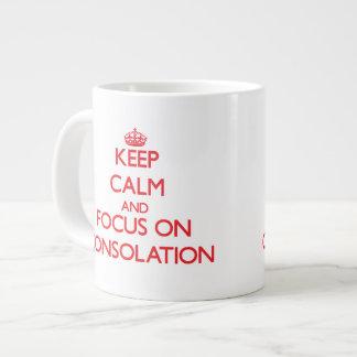 Guarde la calma y el foco en la consolación taza grande