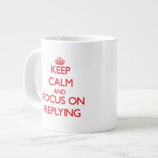 Guarde la calma y el foco en la contestación taza grande