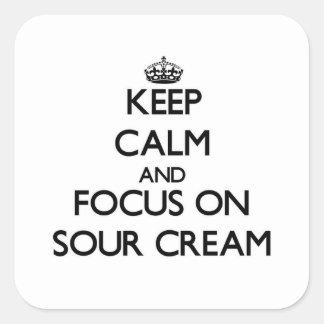 Guarde la calma y el foco en la crema agria pegatina cuadrada
