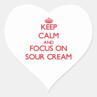 Guarde la calma y el foco en la crema agria pegatina en forma de corazón