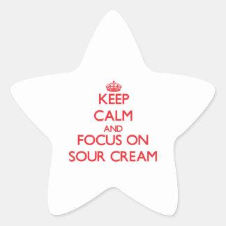 Guarde la calma y el foco en la crema agria pegatina en forma de estrella