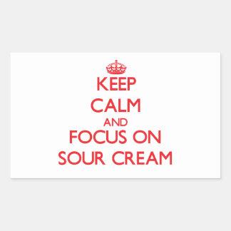 Guarde la calma y el foco en la crema agria pegatina rectangular