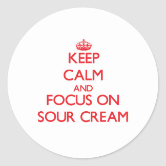 Guarde la calma y el foco en la crema agria pegatina redonda