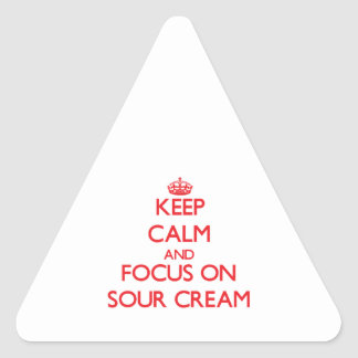 Guarde la calma y el foco en la crema agria pegatina triangular