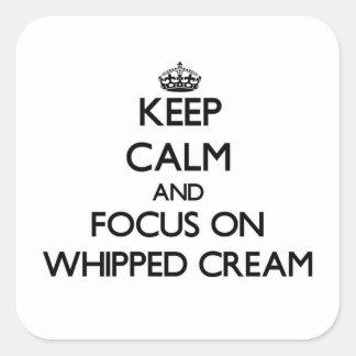 Guarde la calma y el foco en la crema Whipped Pegatinas Cuadradases Personalizadas