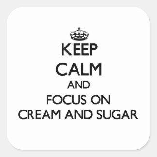 Guarde la calma y el foco en la crema y el azúcar pegatina cuadrada