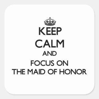Guarde la calma y el foco en la criada del honor