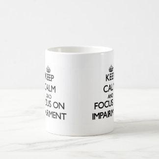 Guarde la calma y el foco en la debilitación taza básica blanca