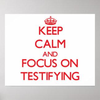 Guarde la calma y el foco en la declaración posters