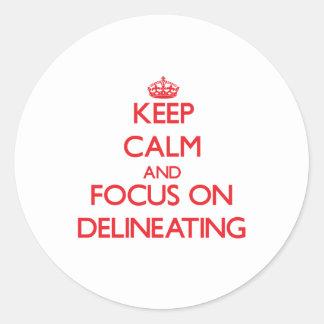 Guarde la calma y el foco en la delineación etiqueta redonda