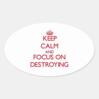 Guarde la calma y el foco en la destrucción calcomania ovalada