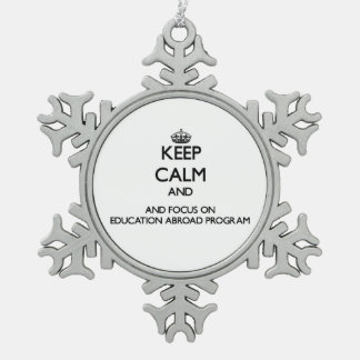 Guarde la calma y el foco en la educación en el adorno de peltre en forma de copo de nieve