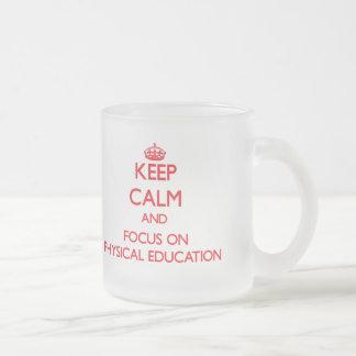 Guarde la calma y el foco en la educación física tazas