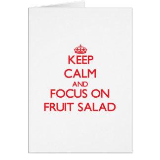 Guarde la calma y el foco en la ensalada de fruta tarjeta de felicitación