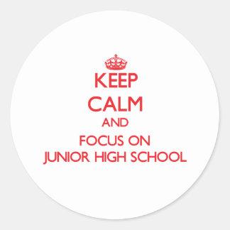 Guarde la calma y el foco en la escuela de pegatina redonda