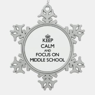 Guarde la calma y el foco en la escuela secundaria adorno de peltre en forma de copo de nieve