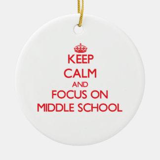 Guarde la calma y el foco en la escuela secundaria adorno navideño redondo de cerámica