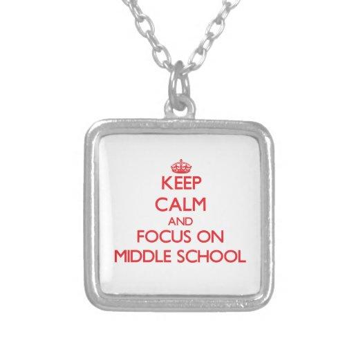 Guarde la calma y el foco en la escuela secundaria collar