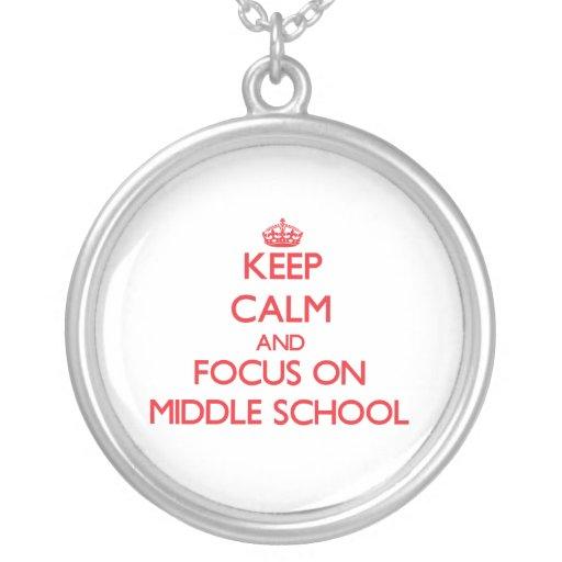 Guarde la calma y el foco en la escuela secundaria collares personalizados