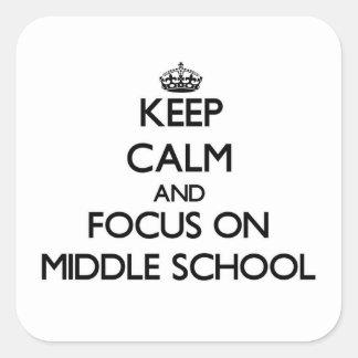Guarde la calma y el foco en la escuela secundaria pegatina cuadrada