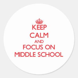 Guarde la calma y el foco en la escuela secundaria pegatina redonda