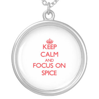 Guarde la calma y el foco en la especia collar personalizado