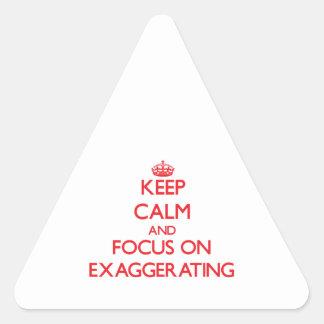 Guarde la calma y el foco en la EXAGERACIÓN Pegatina De Triangulo
