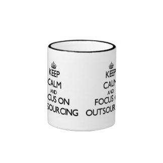 Guarde la calma y el foco en la externalización taza a dos colores